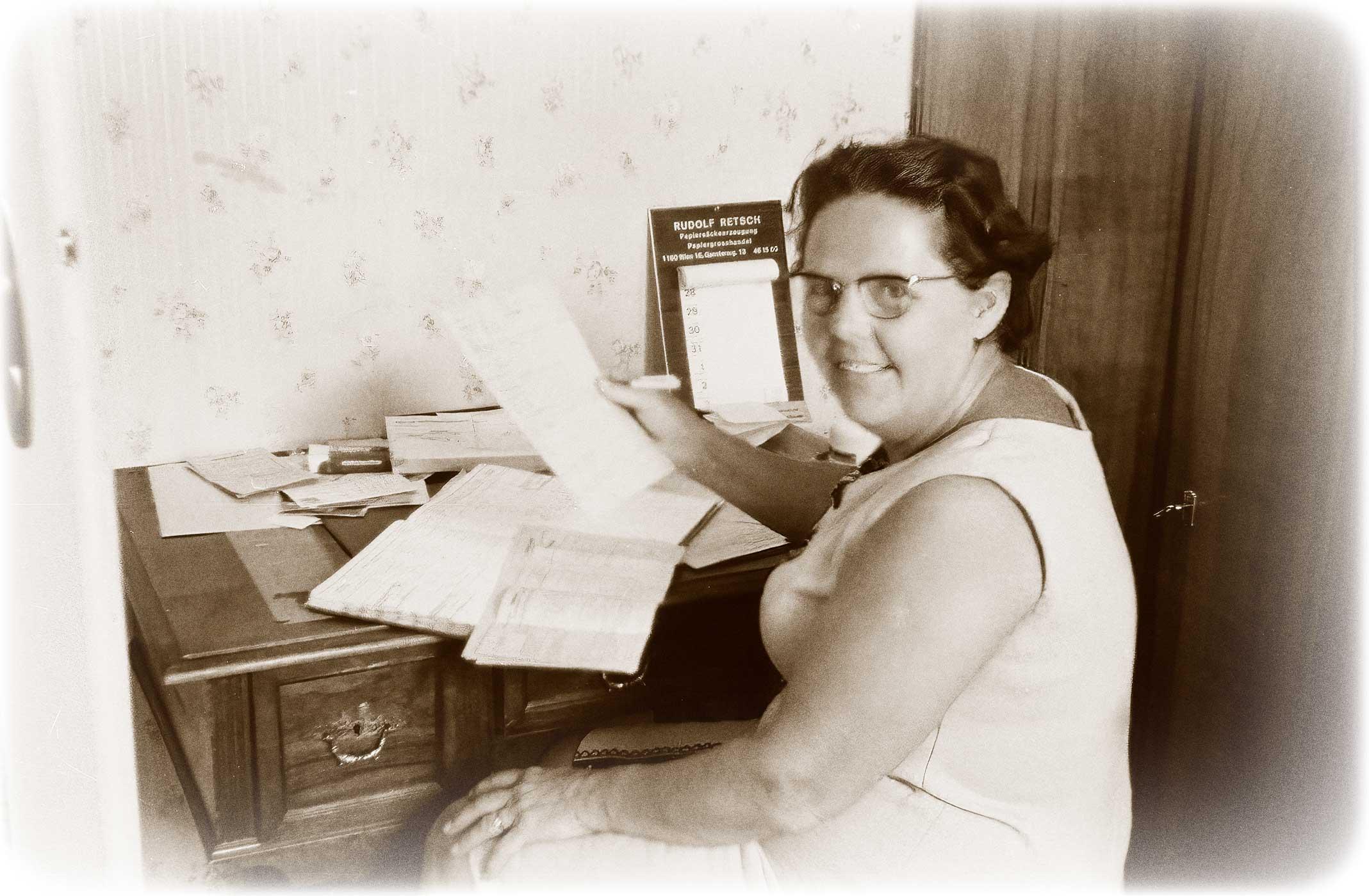 Maria Wild um 1960 mit Reservierungsplänen