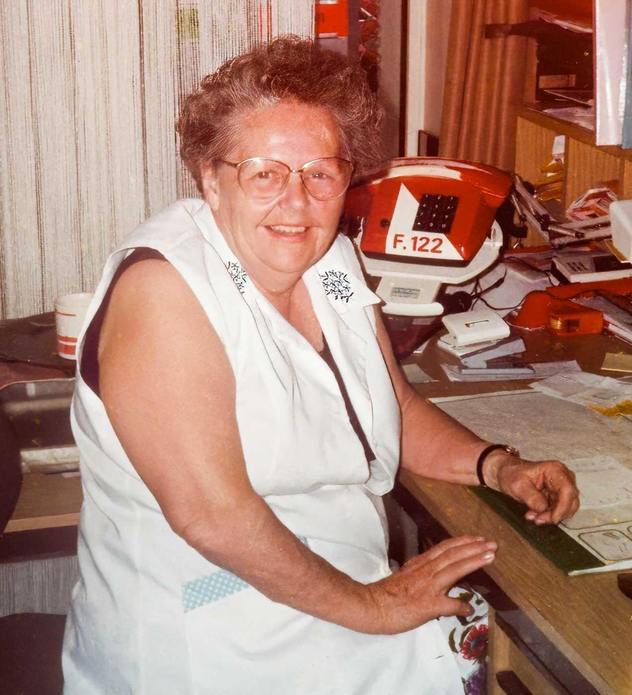 Maria in den 1980er-Jahren an ihrem Schreibtisch
