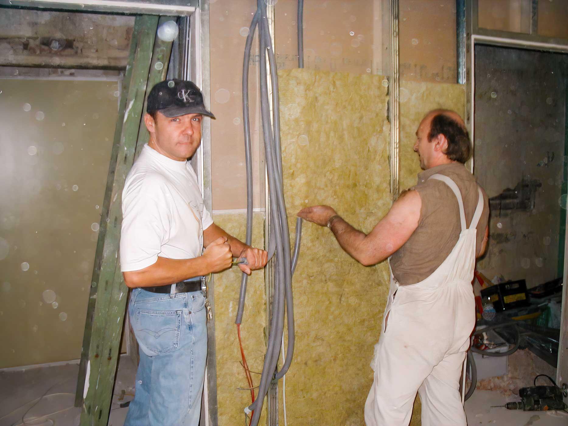Peter und ein Arbeiter beim Renovieren eines Zimmers