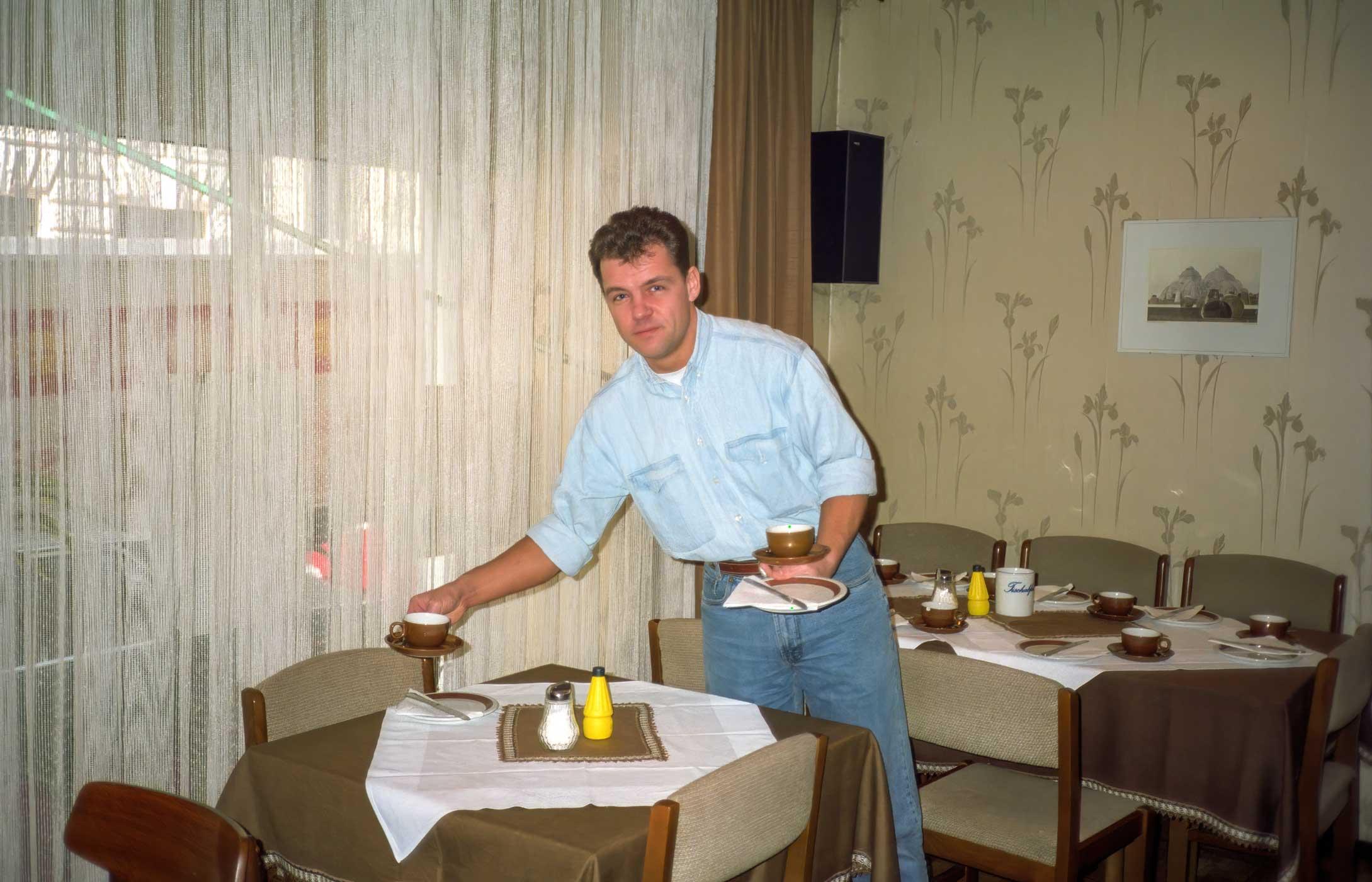 Peter beim Aufdecken im Frühstücksraum